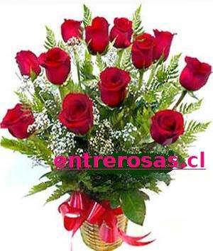 ARREGLO DE 12 ROSAS ROJAS EN CANASTO DE MIMBRE: RA0012